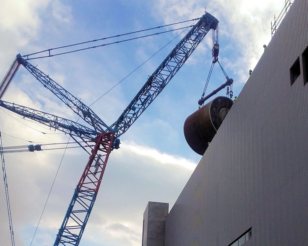 Cylinder lifting with 1.200 t crane