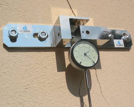 3D-joint gap monitor with dial gauge